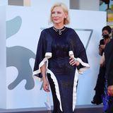 """Beim diesjährigen """"Venice Film Festival"""" hat sich Cate Blanchett vorgenommen, ausschließlich Looks zu tragen, die sie zuvor schon einmal getragen hat. So wie dieseschimmernde, mittelblaue Robevon Designer Esteban Cortázar, die die Schauspielerin bereits vor fünf Jahren trug."""