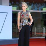 Und auch bei einem weiteren Auftritt in Venedig setzt Cate Blancett auf ein altbekanntes Outfit: Die 51-Jährige trägt ein asymmetrisches, florales Alexander McQueen-Oberteil kombiniert mit einer eleganten Smokinghose. Das ungewöhnliche Top kombinierte sie vier Jahre zuvor noch ganz anders ...