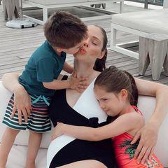 An jeder Seite ein Kind - und eins im Bauch: Model Coco Rocha zeigtauf Instagram ihr wachsendes Babybäuchlein und schreibt, wie besonders dieser Sommer für sie war - sie aber so dankbar für ihre Kinder, deren Vater und die kleine Schwester ist, die bald auf die Welt kommt.