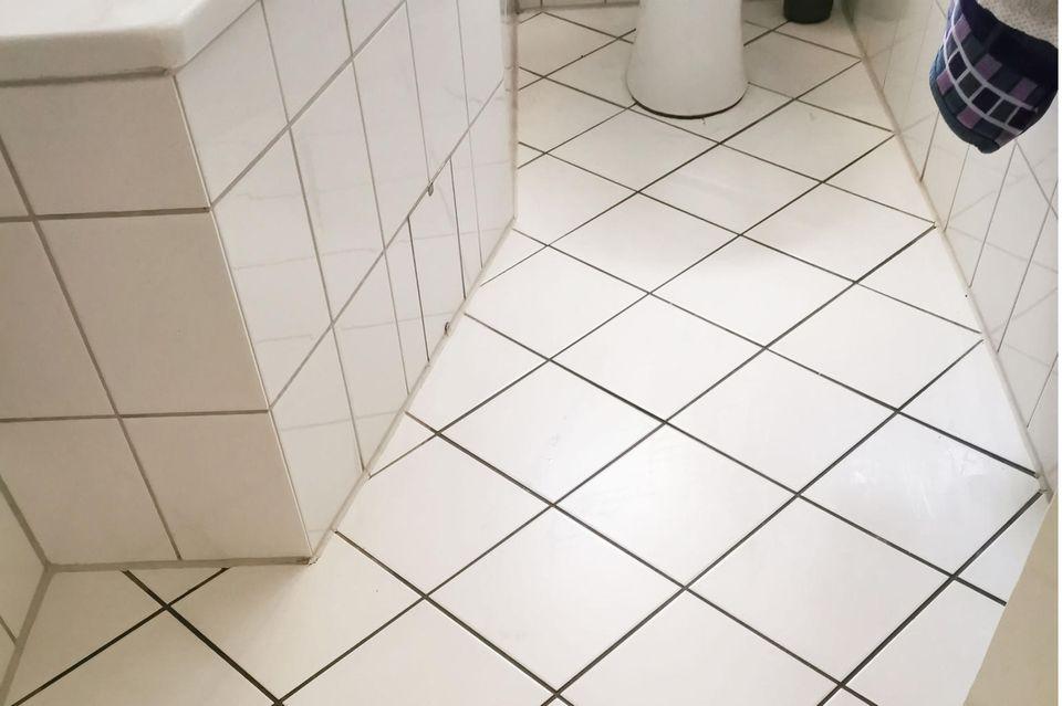 Badezimmer, sauberer Boden im Badezimmer