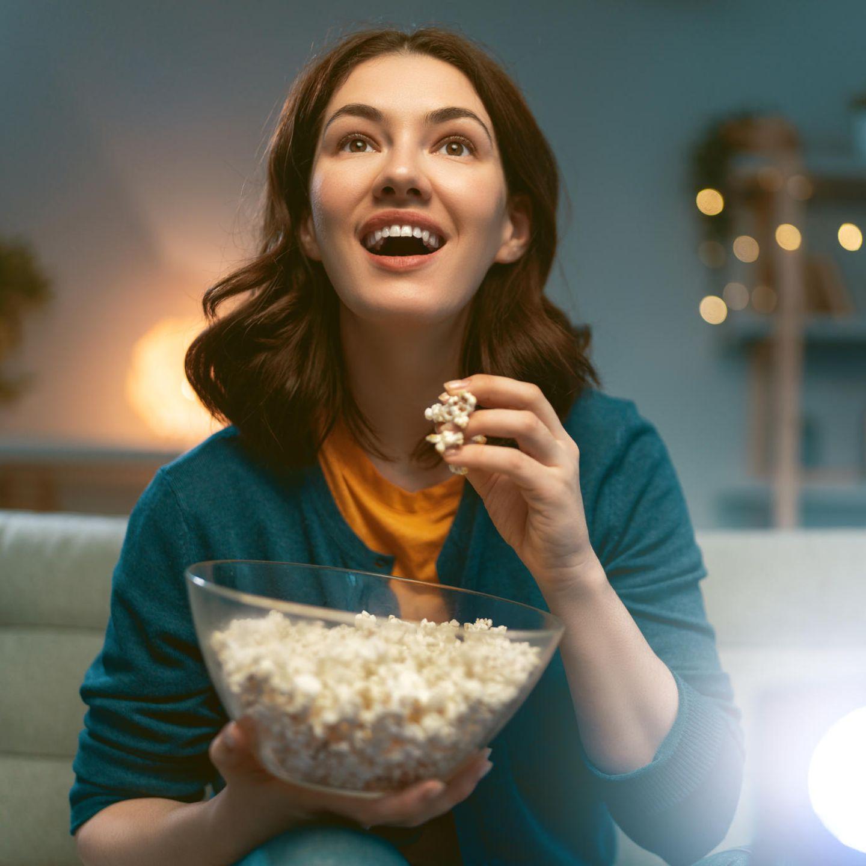 Amazon Prime, beste Filme, junge Frau, Popcorn, Filmabend