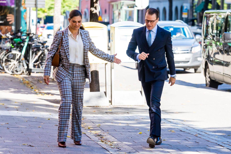 """10. September 2020  """"Schatz, wo bleibst du denn?"""" Ungeduldig scheint Prinzessin Victoria ihren Ehemann zur Eile anzutreiben. Das Paar ist in Stockholm unterwegs zu einem Treffen mit dem Vorsitzenden der Organisation für darstellende Kunst und der Vorsitzenden des schwedischen Theaterverbandes."""