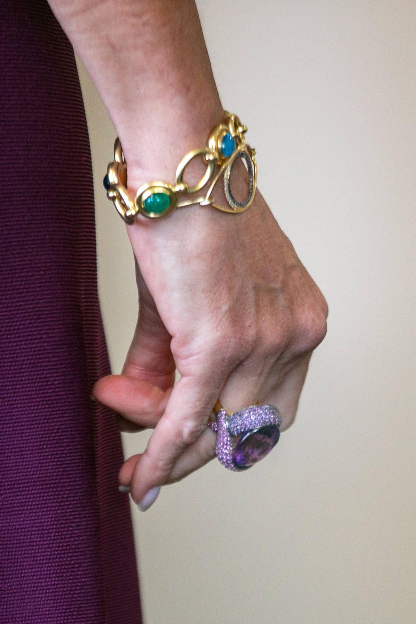 Das nicht näher identifizierte Schmuckstück wurde schon einige Male an Máximas Hand gesehen - hier funkeltvermutlich ein Amethyst.