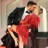 Luigi Mario Favoloso schnappt sich Elena Morali für einen leidenschaftlichen Kuss.