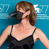 Maske mal anders: Schauspielerin Radha Mitchell trägt einen Mund-Nasen-Schutz mit Schnabel.