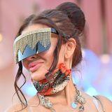 """Dieser Gast macht bei der """"Notturno""""-Vorführung durch eine auffällige, verzierte Sonnenbrille auf sich aufmerksam."""