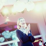 """Mit bester Laune präsentiert sich Schauspielerin Anna Foglietta auf dem roten Teppich bei der """"Notturno""""-Premiere."""