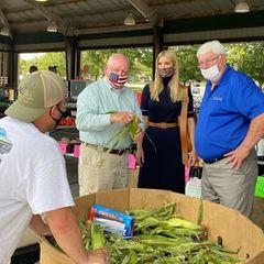 Ivanka Trump spricht mit Bauern auf einem Markt in North Carolina über die richtige, lokale Ernährung für bedürftige Familien. Ihren eleganten Look scheint sie an diesem Tag nicht wirklich dem Anlass entsprechend gewählt zu haben...