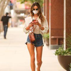 """In einem sommerlichen Look spaziert """"Victorias Secret""""-Engel Alessandra Ambrosio durch Los Angeles, das Model scheint unter anderem auf dem Weg zur Post zu sein, wie ein Umschlag in ihrer Hand erahnen lässt. Die zweifache Mutter trägt eine locker geschnittene Jeans-Shorts, dazu kombiniert sie eine Boho-Bluse und bequeme Flip-Flops. Hingucker: Ihre stylische Handtasche in rot."""