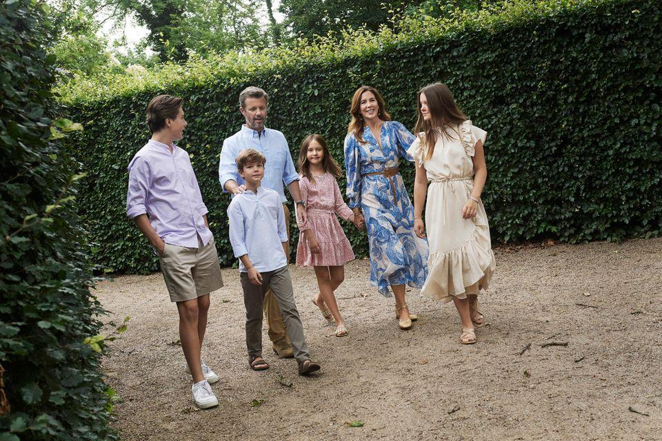 Harmonie: Frederik und Mary (ganz bodenständig im luftigen Sommerkleid von H&M) mit ihren Kindern Christian, Vincent, Josephine und Isabella (v. l.)