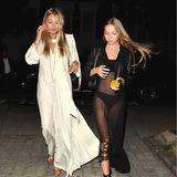 Kate Moss (45)und Lila Grace (17) könnten auf den ersten Blick Schwestern sein. Nicht nur, dass Lila Grace ihrer Mutter wie aus dem Gesicht geschnitten ist. Auch Figur und Haare der beiden Frauen ähneln sich. SowohlMutter als auch Tochter tragen lange, flattrige Kleiderund lassen inmitten von London ein Ibiza-Gefühl aufkommen. Einen Unterschied gibt es dann doch: Wo Kate die etwas gediegener Variante des Spätsommer-Kleids wählt, setzt Lila auf die transparente, sexy Version.