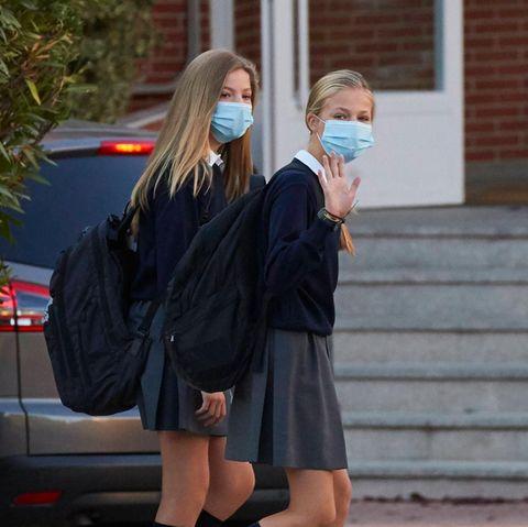 Kronprinzessin Leonor (r.) mit ihrer Schwester Prinzessin Sofía auf dem Weg zur Schule