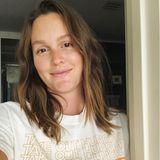 """Leighton Meester ist vor kurzem zum zweiten Mal Mutter geworden, das bestätigte die 40-Jährige auf demTwitch-Account """"The Fun Time Boys Game Night Spectacular"""" ganz nebenbei. Ob dieses Instagram-Selfie kurz nach der Geburt entstanden ist? Leighton zeigt sich darauf ganz natürlich und überglücklich. Zusätzlich setzt sich die ehemalige """"Gossip Girl""""-Darstellerin für Hungernot ein und trägt ein Shirt mit der Aufschrift: """"Take out Hunger"""", zu deutsch """"Hunger beseitigen""""."""