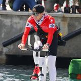 """Da geht es aber auch schon los: Fürstin Charlène hat sich gut gelaunt aufs Wasserfahrrad geschwungen und tritt kräftig in die Pedale, um die über 180 km bis nach Monaco mit ihrem """"Team Serenity"""" zu bewältigen."""