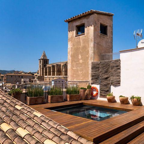 Der Pool über den Dächern Palmas zählt zu den Besonderheiten des geschichtsträchtigen Bürgerpalastes.