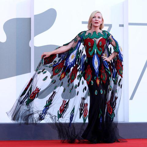 ... sondern auch sein extravaganter Schnitt mit Schleppe und Cape machendas Kleid zu einem Hingucker. Aber was wäre das schönste Kleid, wenn Cate es nicht auch perfekt zu inszenieren wüsste.