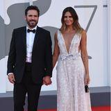 Der US-amerikanische Schauspieler Matt Dillon und seine hübsche Begleitung, die SchauspielerinRoberta Mastromichele, ziehen am Abend alle Blicke auf sich. Es könnte auch ein wunderschönes Brautkleid sein, in das sich die TV-Schönheit geworfen hat. Tatsächlich stammt es von dem DesignerFranco CiamBella, der bei dem Kleid ein echtes Meisterwerk vollzogen hat.