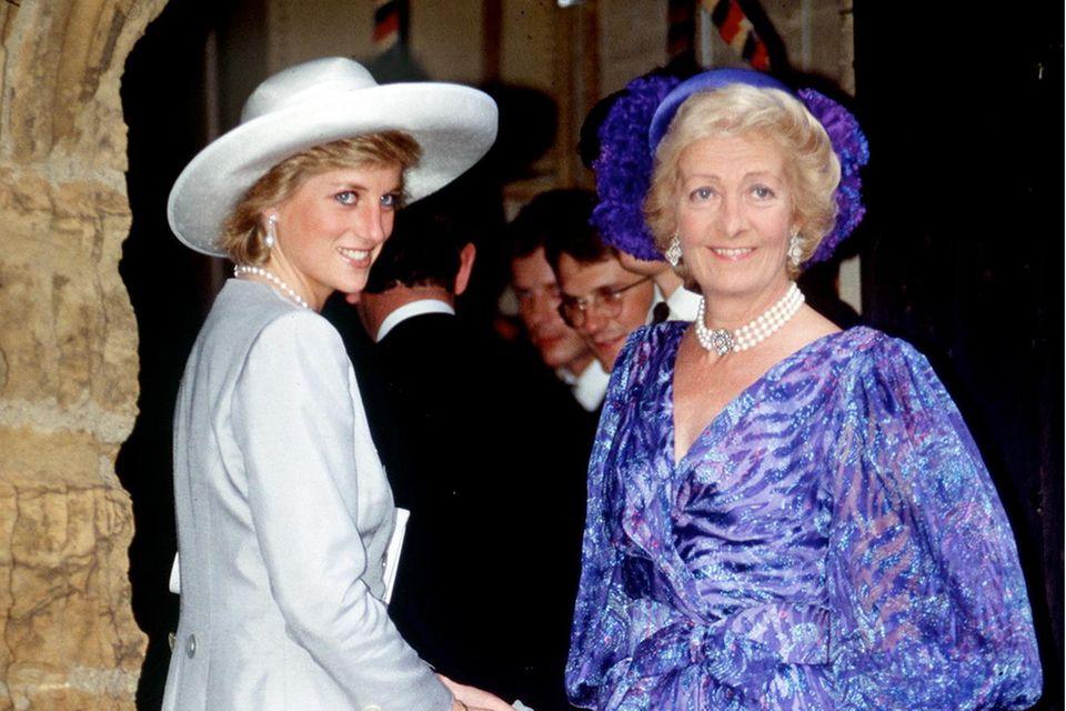 Prinzessin Diana und ihre Mutter am 1. September 1989 bei der Hochzeit von Charles Spencer.