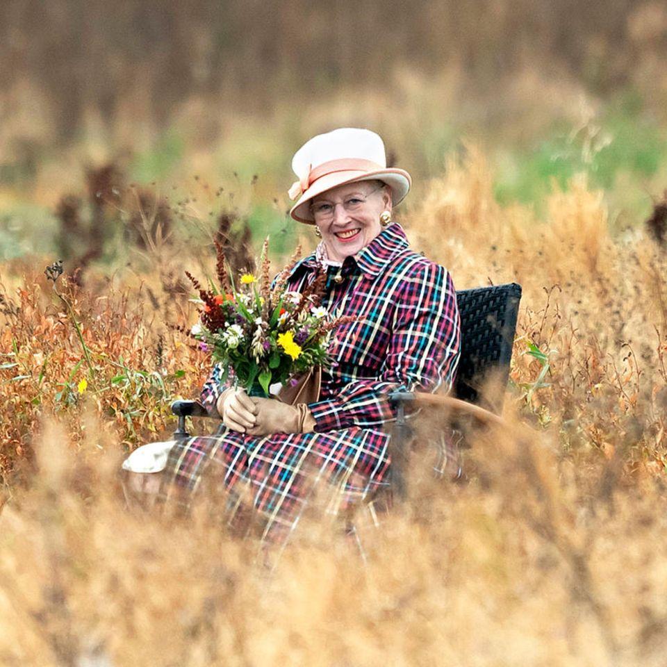 12. September 2020  Eine Königin im Kornfeld: Margrethe von Dänemark lässt es sich bei der Einweihungdes Sonnenwagens von Trundholm in der neu gestalteten Landschaftsfläche des Geoparks Odsherred sichtlich gut gehen.