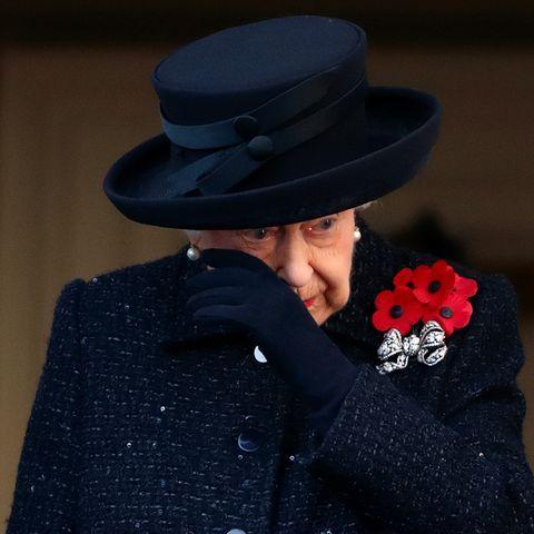"""Der """"Remembrance Day"""" ist für Queen Elizabeth ein emotionaler Gedenktag, bei dem sie den Gefallenen der beiden Weltkriege und dabei insbesonderebetroffenen Familienmitgliedern gedenkt. Im November 2019 kämpft sie mit ihren Tränen."""