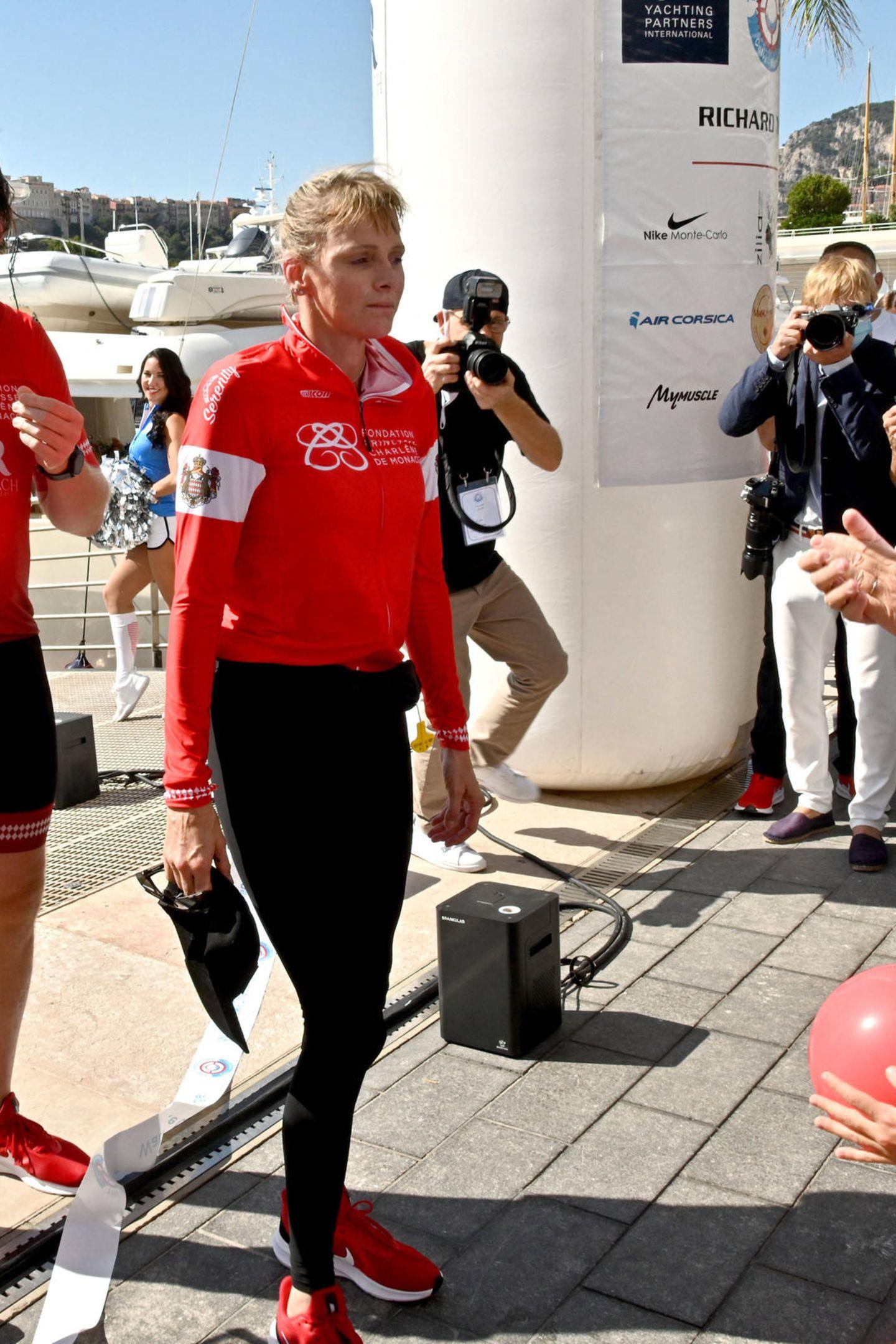 """Fürstin Charlène von Monaco hat am Wochenende ihre Sportlichkeit unter Beweis gestellt: Sie kommtim Hafen von Monaco als Erste ans Ziel der """"The Crossing Calvi Monaco Water Bike Challenge"""" und fällterschöpft, aber überglücklich ihrem Mann Albert in die Arme. Sie zeigtsich an dem Tag nicht nur extrem nahbar, auch ihr Kleidungsstil unterscheidet sich doch enorm, von dem, was wir eigentlich von ihr gewohnt sind ..."""