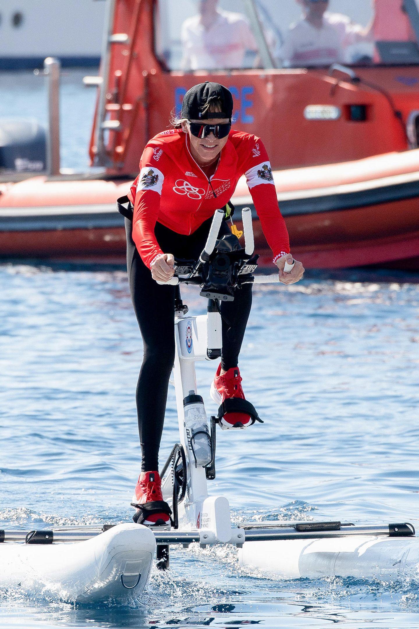 """13. September 2020  Mit ihrem Team """"Serenity"""" hat Fürstin Charlène für die 3. Waterbike-Challenge die unfassbare Strecke von über 180 Kilometern über das Mittelmeer von Calvi auf Korsika nach Monaco zurückgelegt. Die Freude über den Sieg gegen das gegnerische Team """"Notorious""""ist ihr nach 24 Stunden Höchstleistung kurz vor dem Ziel anzusehen."""