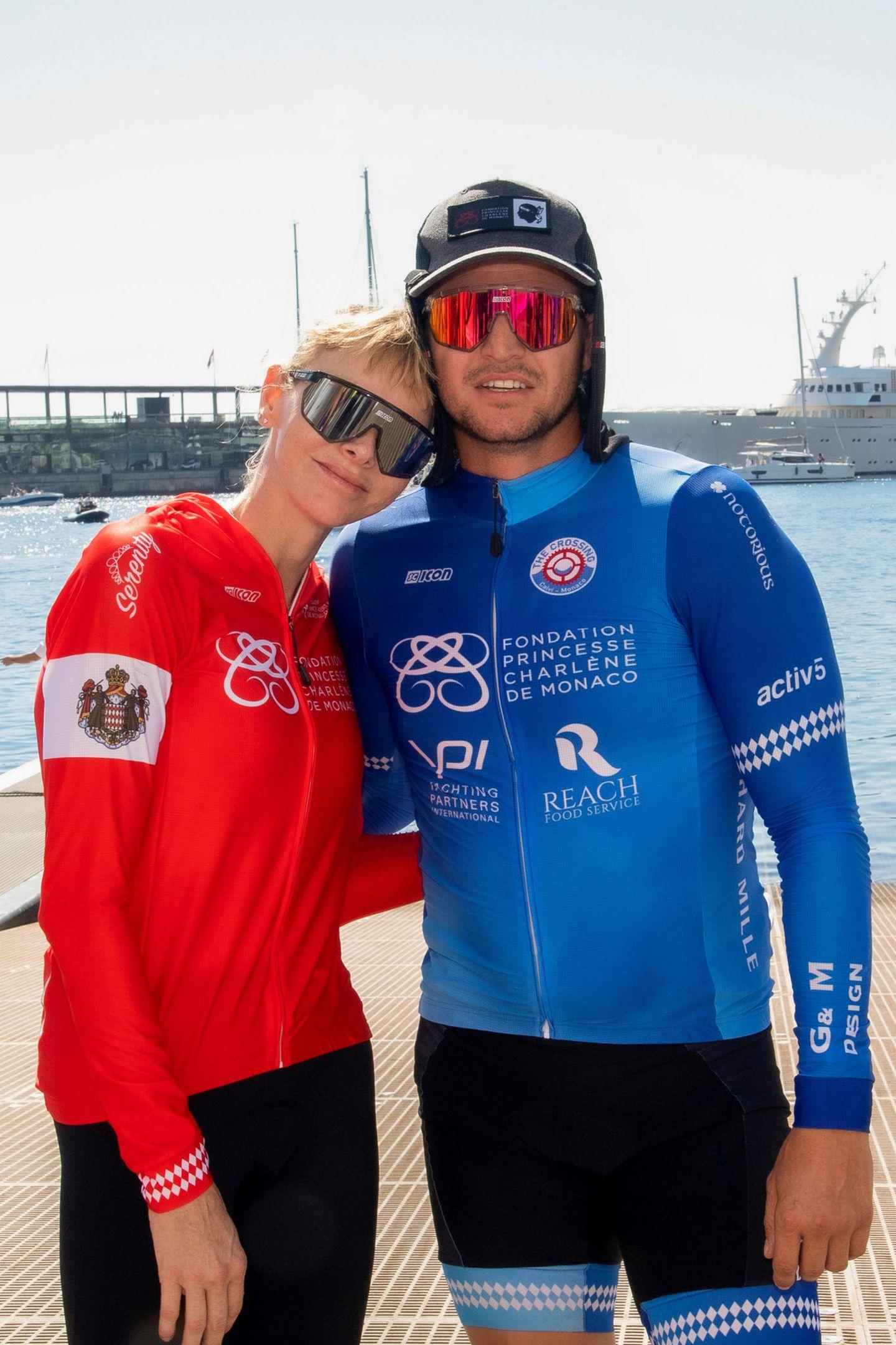 """Glückliche und müde Geschwister: Fürstin Charlène und ihr Bruder Gareth Wittstock, der im Team """"Notorious"""" die Waterbike-Challenge mit seiner Schwester bewältigt hat."""