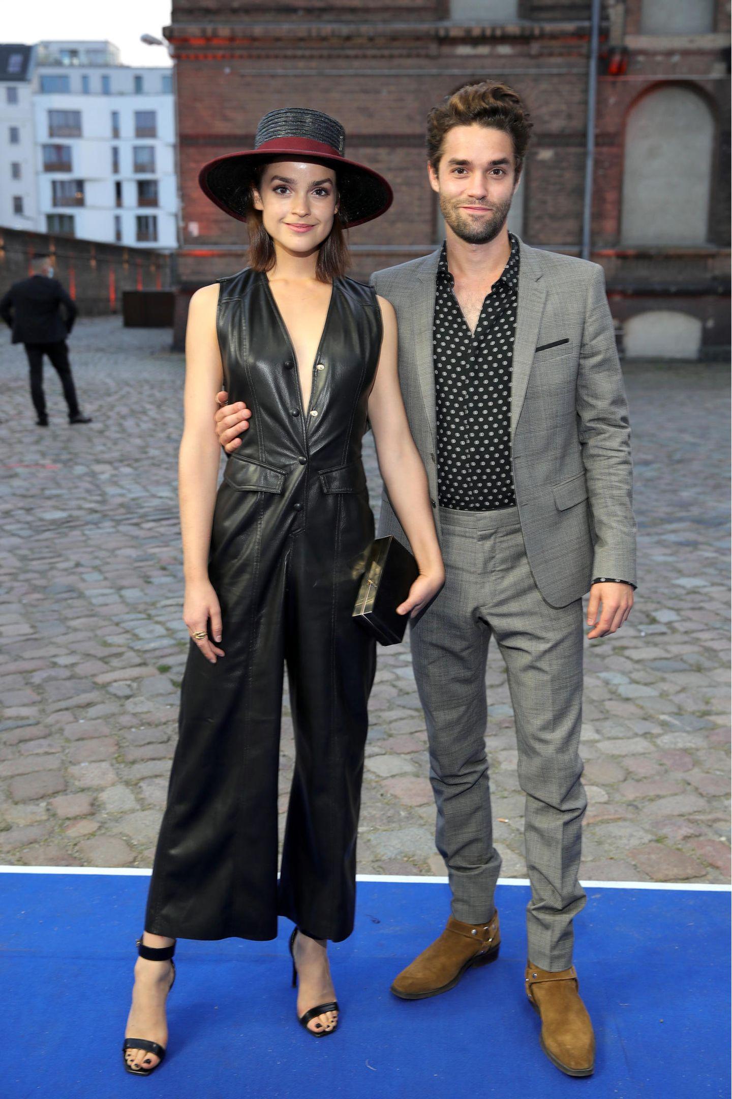 Ein wahrer Hingucker bei der Verleihung des deutschen Fernsehpreises sindLuise Befort und ihr BruderMax Befort: Das schöne Geschwisterpaar zieht in seinen stylischen Looks die Aufmerksamkeit allerFotografen auf sich.
