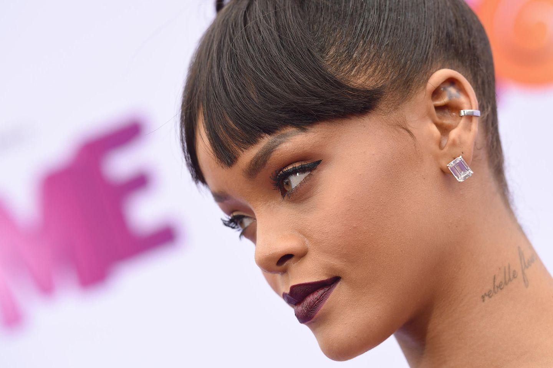 Rihanna trägt Ohr-Tattoo