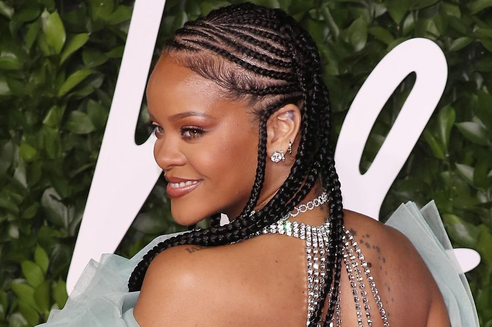 Rihanna zeigt ihr Tattoo im Ohr
