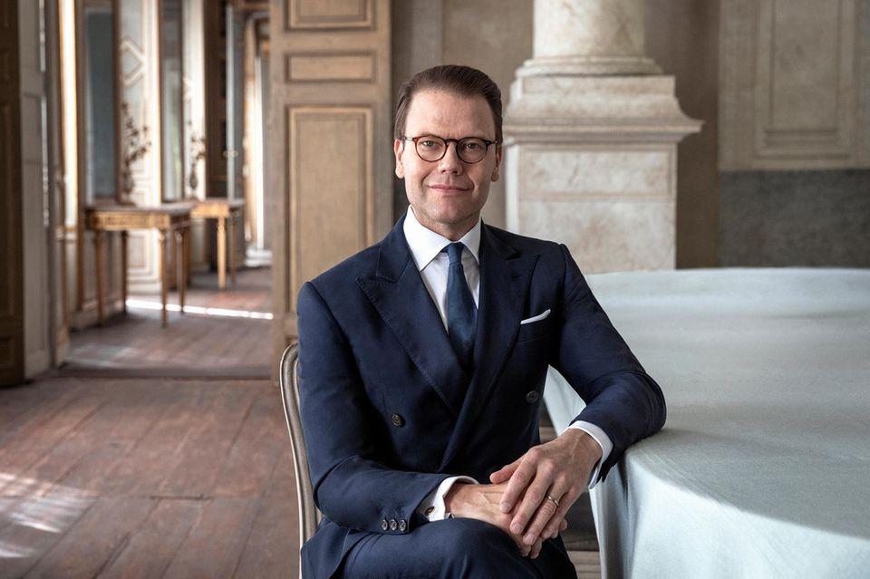 15. September 2020  Prinz Daniel von Schweden feiert heute seinen 47. Geburtstag. Zu diesem Anlass veröffentlicht der schwedische Hof ein Porträt der FotografinElisabeth Toll. Etwas steif und mit einem kaum sichtbaren Lächeln, posiert Prinz Daniel für die Kamera.