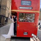 Charmant - bei einer britischen Hochzeitdarf der rote Doppeldecker-Bus natürlich nicht fehlen.