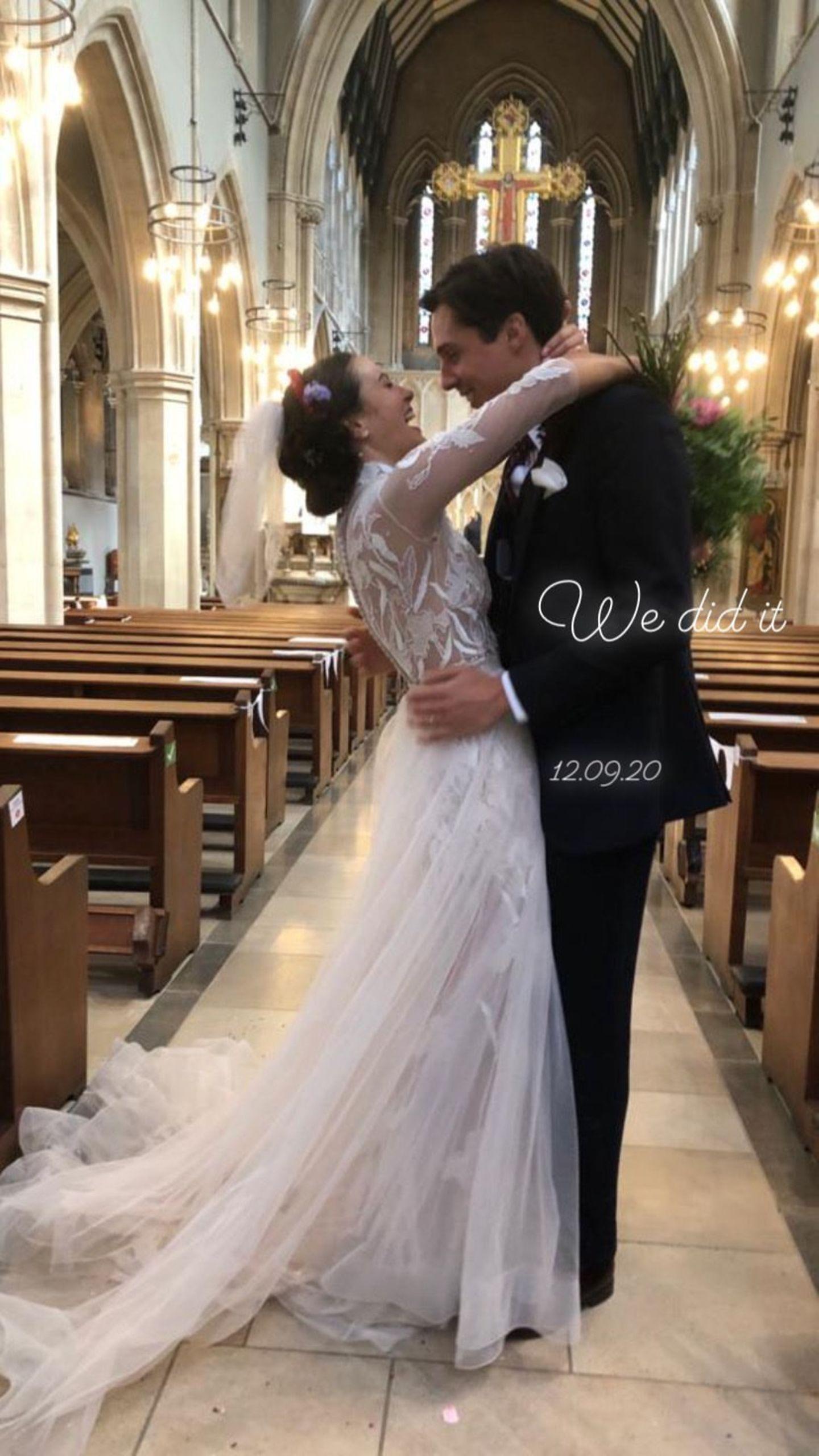 Ganz traditionell schreitet sie mit weißem Brautkleid und Schleier vor den Altar. Das Kleid, bestehend aus Spitzen-Top und Tüllrock ist ein wahr gewordener Vintage-Traum.