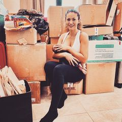 """Zwischen gepackten Kisten stillt Fiona Erdmann ihren Sohn, der vier Wochen zu früh auf die Welt gekommen ist. Auf Instagram findet sie folgende Worte für ihre Fans: """"Einen wunderschönen Sonntag euch allen. Wollte mich mal ganz kurz bei euch melden, da es die letzten Tage hier ja etwas ruhiger gewesen ist. Der Grund war unser Umzug. Der erste step von unserem alten Apartment in das Apartment von Moe haben wir fast geschafft. Ich sag euch... das waren echt richtig anstrengende Tage zwischen packen, Windeln wechseln, Kisten schleppen und stillen, bin aber echt stolz, dass wir das alles irgendwie hinbekommen haben ... """""""