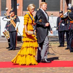 """Ganz der Gentleman: An seinem Arm geleitet der König seine Königin in die Den Haager """"Grote Kerk"""", dieSt.-Jakobus-Kirche."""