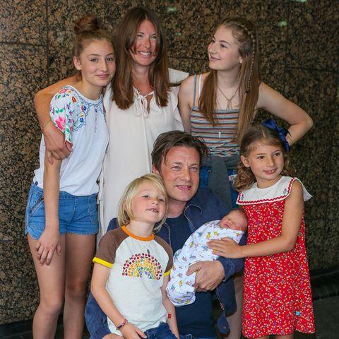 Jamie Oliver, seine Frau Jools und ihre Kinder Poppy, Daisy Boo,Petal Blossom und Buddy Bear präsentieren im August 2016 den damals neugeborenen River.
