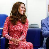 Das taillierte Dress mit Blumenprint stammt von einem der Lieblingslabels der Herzogin; Beulah London. Das 600-Euro-Kleid besticht durch einen kleinen weißen Kragen, eine Knopfleiste und leicht geraffte Ärmel. 10% der Erlöse werden zudem an Organisationen gespendet, die Frauenprojekte auf der ganzen Welt unterstützen. Eine tolle Wahl!