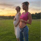 """Huch! Bella Hadid postet auf ihrem Instagram-Account ein Foto, das sie und Schwester Gigi vor traumhafter Kulisse zeigt. Beide präsentieren stolz ihre runden Bäuche, Bella schreib dazu: """"Zwei Braten in der Röhre"""" -sind etwa zwei Hadid-Babys auf dem Weg? Nein, entwarnt das Model, """"außer dassGigis Baby von Zayn ist und meins von meinem Burger!"""" Ein Food-Baby also, das Bella da in ihrem immer noch sehr flachen Bauch trägt."""