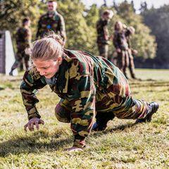 Beim permanenten Drill zeigtPrinzessin Elisabeth vollen körperlichen Einsatz auf demTruppenübungsplatz.Das harte Training gehört zum täglichen Programm im Militärcamp.