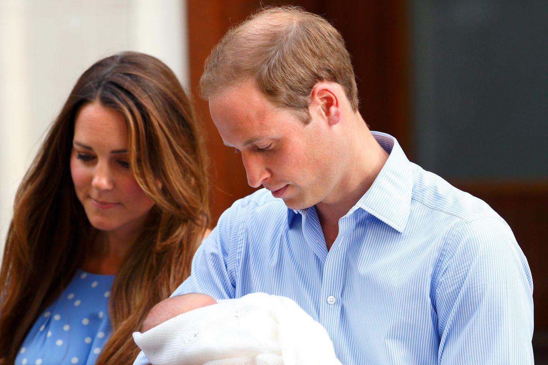 HerzoginCatherine und PrinzWilliam verlassen gemeinsam mit dem neugeborenen PrinzGeorge am 23. Juli 2013 das St. Mary's Krankenhaus in London.