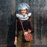 Not macht erfinderisch – und kreativ! Influencerin Michelle Madonna Charles trägt bei der Show von Rebecca Minkoffstatt Mundschutz eine durchsichtige Kugel auf dem Kopf, die denCoronaschutzmaßnahmen gerecht wird und definitiv alle Blicke auf sich zieht.