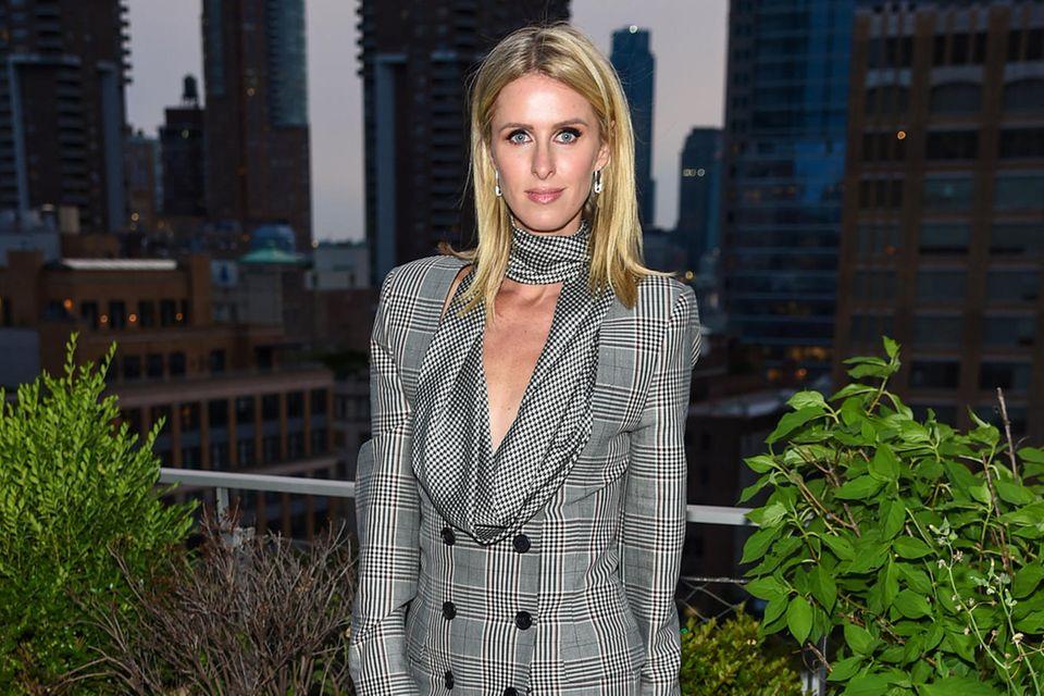 Obwohl sich aktuell noch wenige Promis auf der New York Fashion Week tummeln, lässt sich Nicky Hilton DAS Mode-Event des Jahres nicht entgehen. Die Schwester von Paris Hilton besucht in einem karierten Blazer-Dress die Präsentation derHerbst/Winter-Kollektion von MONSE.