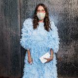 In einem hellblauen Traum und einer mit Perlen besetzten Maske erscheint Mode-Journalistin Caroline Vazzana zu der Show von DesignerinRebecca Minkoff.