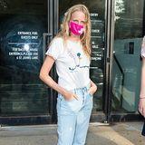 In einer lässigen Jeans und einem schlichten weißen T-Shirt mit Print wartet ModelHanne Gaby Odiele auf die Show von Jason Wu.