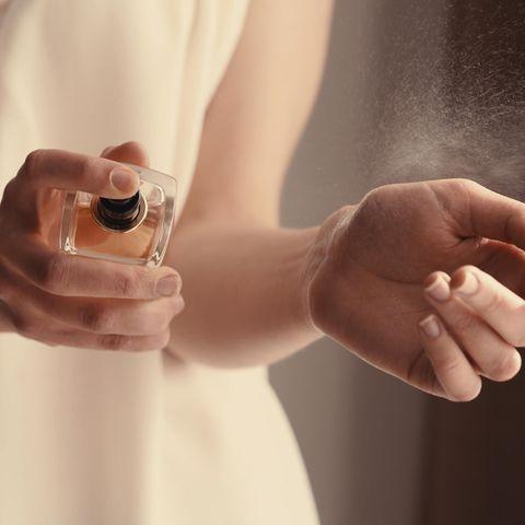 So tragen Sie Ihr Parfüm an Haut und Stoff richtig auf