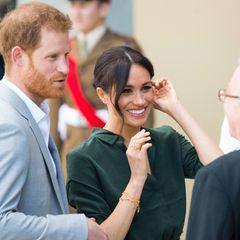 Bei einem Auftritt im Oktober 2018 trägt Herzogin Meghan zum Beispiel den goldenen Siegel-Ring von Missoma (circa 100 Euro), der fürLiebe, Leidenschaft und Freundschaft steht und immer naham Herzen getragen werden sollte.