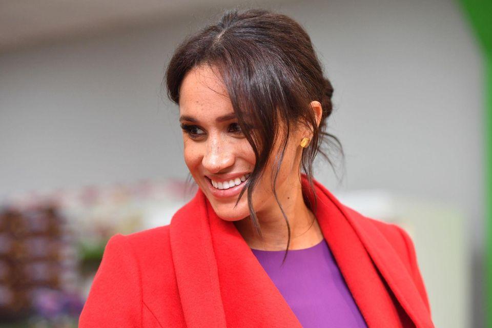 So haben wir Herzogin Meghan früher oft gesehen: Mit einem Messy-Bun und lockeren Strähnen hat sie viele ihrer Auftritte als Senior Royal gemeistert. Doch damit soll nun Schluss sein.