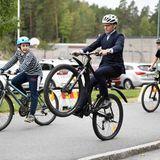 """16. September 2020  Einen Tag nach seinem 47. Geburtstag zeigt sich Prinz Daniel von seiner sportlichen Seite. Beim Besuch der """"Schule des Jahres 2019"""" im schwedischenEskilstuna beeindruckt er - trotz steifenAnzugs - die Kids mit einem flotten Fahrrad-Trick."""