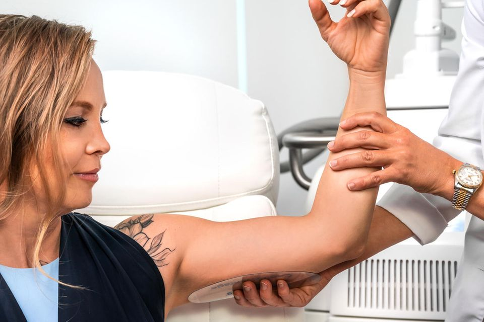 Regina Halmich testet dieCoolSculpting-Behandlung an ihren Oberarmen. Bei dem nicht-invasivenVerfahren wird das Körperfett ohne Eingriff und im Allgemeinen mit geringen Ausfallzeiten behandelt. Mit Hilfe kontrollierter Kälteeinwirkung, auch Kryolipolyse genannt, bietet CoolSculpting eine bewährte Methode, hartnäckiges Fett zu behandeln.