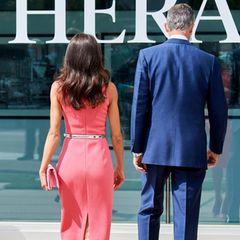 Das Michael-Kors-Kleid hat einen tiefen Schlitz, der Letizias schlanke Figur perfekt in Szene setzt.